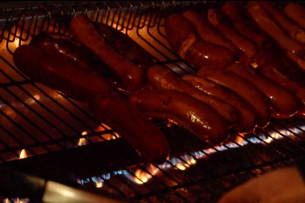 Makkarat grillissä